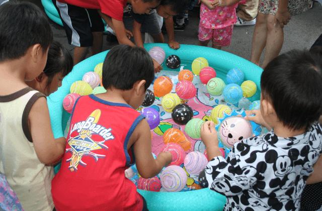 子供たちも水風船に夢中。