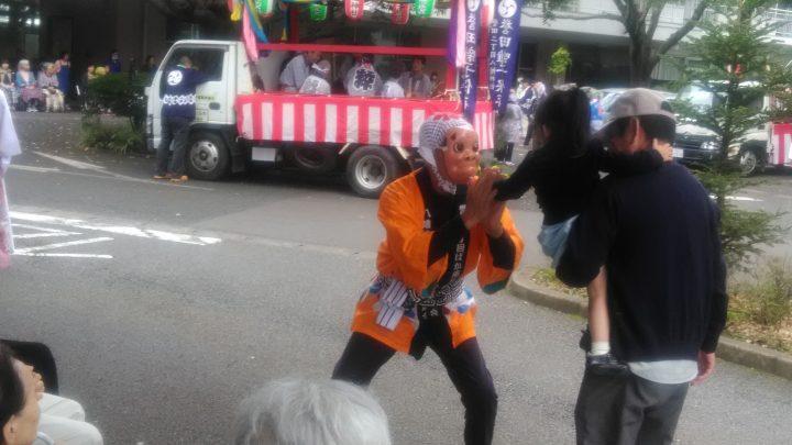 今年もお囃子とバカ面踊りがやってきました!
