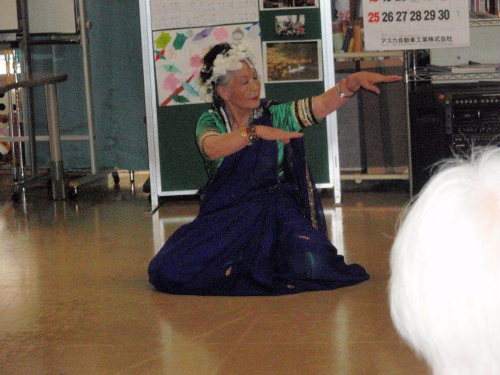 なでしこ・さつき・ひまわり民族舞踊のみなさまに踊って頂きました