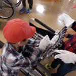 誉田東小学校校外学習「車椅子掃除の様子」